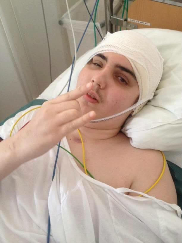 Zac på sjukhus efter ett X-antal operationer