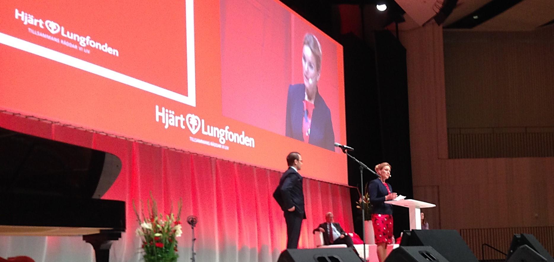 Kristina med Prins Daniel på scenen på EN DAG FÖR GENOMBROTT